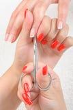 Cutículas que cortam com tesouras Fotos de Stock