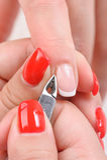 Cutículas que cortam com tosquiadeiras de prego Foto de Stock Royalty Free