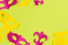 Cut out coloriu as figuras de papel para o feriado Mardi Gras, fundo da cor imagem de stock