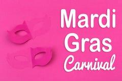 Cut out ha colorato le figure di carta per la festa Mardi Gras, fondo di colore fotografia stock
