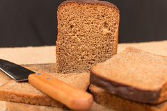 Cut wholemeal bread and knife Royalty Free Stock Photos