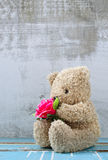 Cute bear doll holding rose bouquet Royalty Free Stock Photos