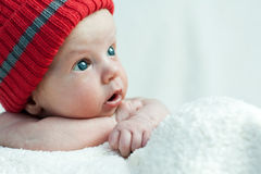 Cute blue-eyed infant with wide eyes otkoytymi Royalty Free Stock Images
