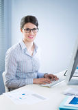 Cute businesswoman smiling at desk Royalty Free Stock Photography