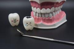 Cute di modello gioca i denti in odontoiatria su un fondo nero fotografie stock