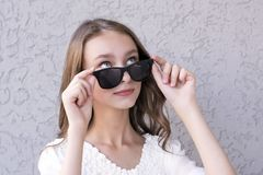 Free Cute Girl Posing In Sunglasses Royalty Free Stock Images - 121275919