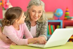 girl with grandmother using laptop Royalty Free Stock Images