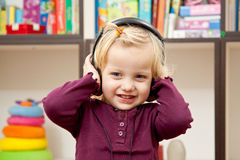 Cute little girl listenng the music Royalty Free Stock Photos
