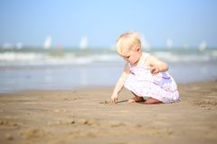 Free Cute Little Girl Plays On The Beach Stock Photography - 45193942