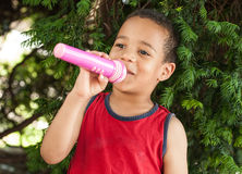 Cute little singer boy singing on the microphone in the city par Stock Images