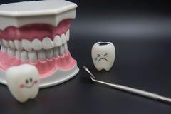 Cute modelo brinca os dentes na odontologia em um fundo preto fotografia de stock royalty free