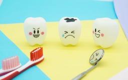 Cute modelo juega los dientes en odontología en el papel en colores pastel colorido para el fondo Fotos de archivo libres de regalías