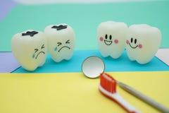 Cute modelo juega los dientes en odontología en el papel en colores pastel colorido para el fondo Imágenes de archivo libres de regalías