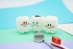 Cute modelo juega los dientes en odontología en el papel en colores pastel colorido para el fondo Fotografía de archivo
