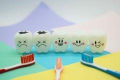 Cute modelo juega los dientes en odontología en el papel en colores pastel colorido para el fondo Foto de archivo