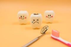 Cute modelo juega los dientes en odontología en un fondo amarillo Fotos de archivo