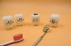 Cute modelo juega los dientes en odontología en un fondo amarillo Fotografía de archivo libre de regalías