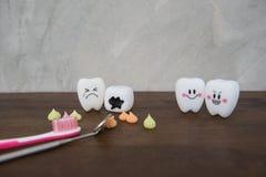 Cute modelo juega los dientes en odontología en un fondo de madera del gris de la tabla y de la pared Fotos de archivo