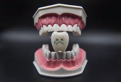 Cute modelo juega los dientes en odontología en un fondo negro Imagen de archivo