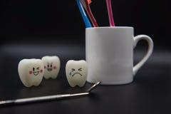 Cute modelo juega los dientes y el vidrio en un fondo negro Fotografía de archivo libre de regalías