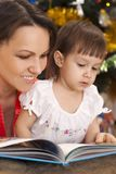 Cute mother decided to read to her children Royalty Free Stock Photography