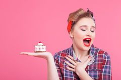 Cute pin-up girl with tasty sweet pie Royalty Free Stock Photography