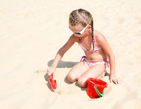 Cute smiling little girl playing on beach Royalty Free Stock Photos