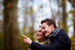 Cute young couple looking and pointing Royalty Free Stock Photos