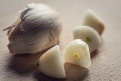 Cuted kryddnejlikor av vitlök Royaltyfri Bild