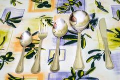Cutelaria às toalhas de mesa Foto de Stock Royalty Free