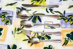 Cutelaria às toalhas de mesa Imagens de Stock