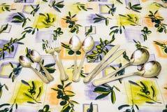 Cutelaria às toalhas de mesa Foto de Stock
