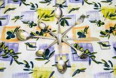 Cutelaria às toalhas de mesa Imagem de Stock