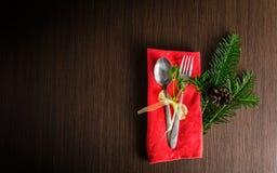 A cutelaria da tabela do Natal com pinho do Natal ramifica, fita e Foto de Stock Royalty Free