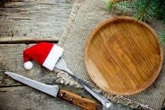 Cutelaria de madeira vazia da placa do ajuste de lugar da tabela do Natal na madeira foto de stock royalty free
