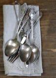 Cutelaria de prata do vintage com guardanapo de linho Imagem de Stock