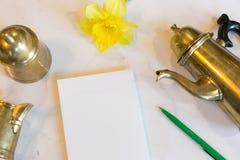 Cutelaria, divertimento, conceito do estilo do vintage vista superior de utensílios de mesa de bronze velhos para a cerimônia de  Imagem de Stock Royalty Free