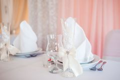 Cutelaria do casamento Disposição bonita da tabela para pares do casamento Fotos de Stock