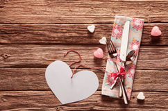 Cutelaria do Valentim com um coração um copyspace Foto de Stock Royalty Free