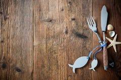 A cutelaria dos peixes amarrada com os peixes vazios dados forma etiqueta Imagens de Stock Royalty Free