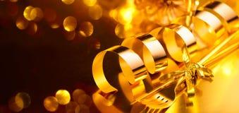 Cutelaria dourada, ajustes luxuosos da tabela do Natal A tabela serviu para o jantar do feriado do Natal Xmas e ano novo imagem de stock