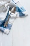 Cutelaria e guardanapo de linho Fotografia de Stock Royalty Free