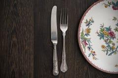 Cutelaria e louça do vintage na tabela de madeira Fotos de Stock Royalty Free