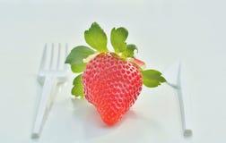 Cutelaria e morango plásticas Foto de Stock Royalty Free