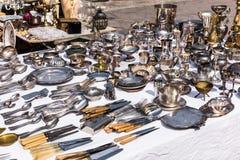 Cutelaria e utensílios de mesa de prata do vintage em uma venda de garagem no fle Fotos de Stock Royalty Free