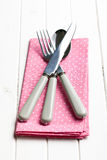 Cutelaria no guardanapo Fotografia de Stock Royalty Free