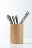 Cutelaria no suporte de madeira agradável Foto de Stock