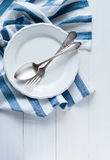Cutelaria, placa da porcelana e guardanapo de linho branco Imagem de Stock Royalty Free
