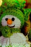 Cuteness van de Enamigurumisneeuwman in groene kleur stock foto's