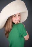 Cutey en un sombrero de paja grande Fotografía de archivo libre de regalías